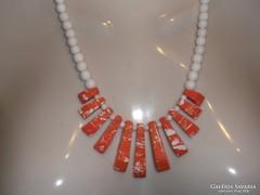 Fehér Jade és fehér-narancsfoltos Howlit medál nyakék