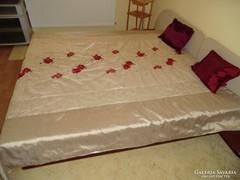 Csak rádobod. Hímzett piros rózsák a szerelemért ágytakaró