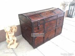 Antik bútor, politúros utazó láda 39.