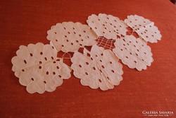 Riseliő hímzésű tálcaterítő(v.asztalközép)6db virágmintából.