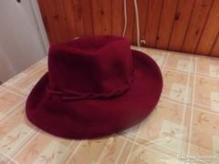 Bordó kalap