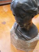 Bronz női fej