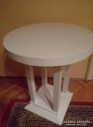 Fehér kerek asztal, virág vagy szobortartó
