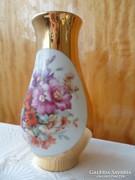 Üde virágcsokros aranyozott porcelán váza