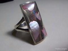 Nagyméretű , modern rózsaszín gyöngyház berakású ezüst gyűrű