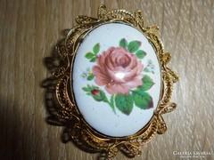 Filigrán bross festett  rózsás porcelán középpel