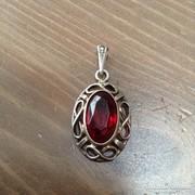 Régi ezüst medál csiszolt piros kővel