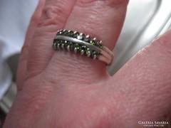 Ezüst gyűrű zöld kövekkel