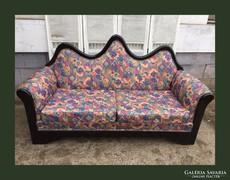 Különleges formájú,fa keretes kanapé