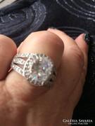 Álomszép ezüst gyűrű egy nagy és sokk kicsi fehér kövel.