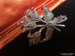 Antik jelölt ötvös ékszer, markazittal ékesített ezüst bross