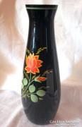 Kézzel festett jelzett fekete üveg váza 26,5 cm