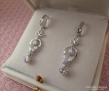 Romantikus logós ezüst fülbevaló cirkónia kövekkel.