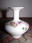 Zsolnay váza, virág és lepke mintás