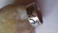 Ezüst gyűrű különleges motívummal