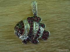 Kövekkel díszített ezüst halacska medál