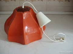 Narancssárga műanyagból készült lámpa
