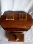 Nagyon igényes,fa íróasztal tartozék,itató párnával.