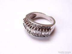Sokköves ezüst gyűrű.