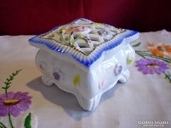 Virágos porcelán ékszertartó doboz áttört tetővel