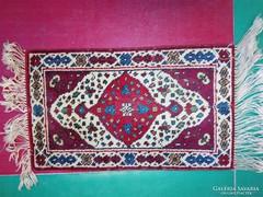 Kis perzsa szőnyeg eladó. Méret 67x40 cm