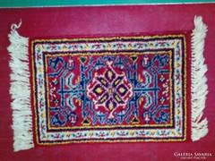 Kis méretű perzsa szőnyeg eladó. Méret: 50x35 cm.
