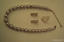 Alkalmi, ezüst metál nyakék,köves gyűrű és klipsz.