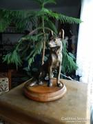 Bronz farkaskutya fa alapzaton - bronz kutya