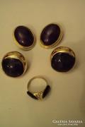 Két pár aranyozott foglalatú klipsz+egy dupla köves gyűrű.