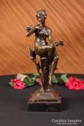 Madaras nőalak bronz szobor