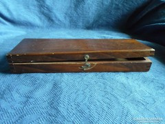 Nagyon régi fadoboz, csapolt, kallantyús  26 x 8,5 cm
