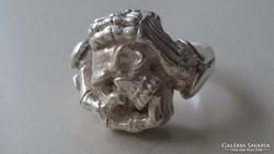 Ezüst, saját fejét ölelő koponya (Magyar 925 ös)