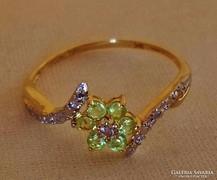 Csodás peridot és gyémántköves arany gyűrű