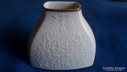 Fehér ,dombormintás váza arany szegéllyel