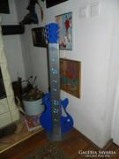 Álló hangulatlámpa  gitár lámpa -hangszerbolt előtt lehetett