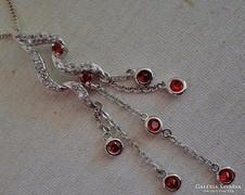 Elbűvölő hosszú rubinköves ezüstmedál láncon