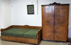 Intarziás akasztós szekrény kanapéval eladó