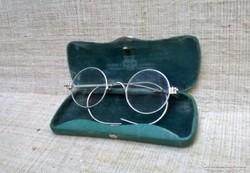 Régi okuláré szemüveg tokjában