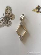 Arany 14K-os medálka brill csiszolású kövekkel