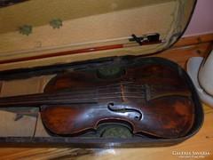 Antik hegedű tokkal