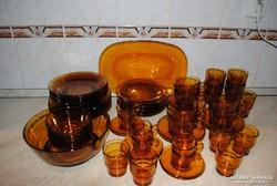 Borostyán szinű  62 részes étkeszlet