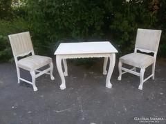 Oroszlánlábas asztal, 2 db szék.