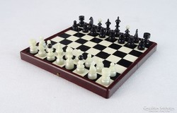0M613 Régi kis méretű utazó sakk készlet dobozában