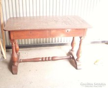 Nagyon öreg esztergált lábú 2-fiókos íróasztal
