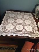 Hímzett és horgolt kézimunka terítő/asztalközép (80 x 80 cm)