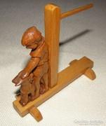 Fafaragás (Kézi faragású asztali naptártartó kicsi)
