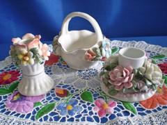 Virágokkal díszített porcelán kosár és gyertyatartók
