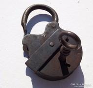 Antik kovácsoltvas lakat, kulccsal működő zárral - 10