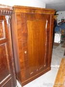 Egy ajtós, akasztós bieder szekrény