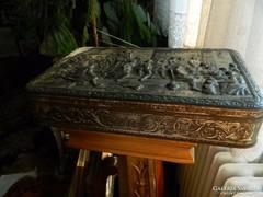Antik dombormintás jelenetes belga fém doboz